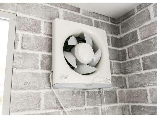 換気扇。外部には雨水の浸入を防ぐフード付き。