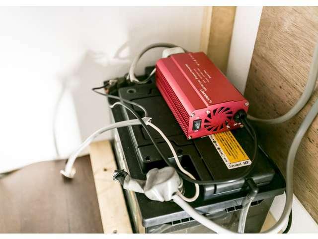 キャビネット内に、サブバッテリーとインバーターを装備。換気扇や給水ポンプ、天井の照明、2カ所(計4ツ口)の100Vコンセントに電気を供給。