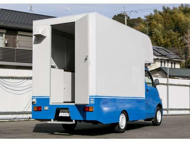 鮮やかなブルーと白いボックスのコントラストが印象的。