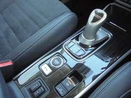 ジョイスティックシフトレバーと電気式パーキングブレーキです。 シートヒーターが運転席と助手席にそれぞれ付いております。