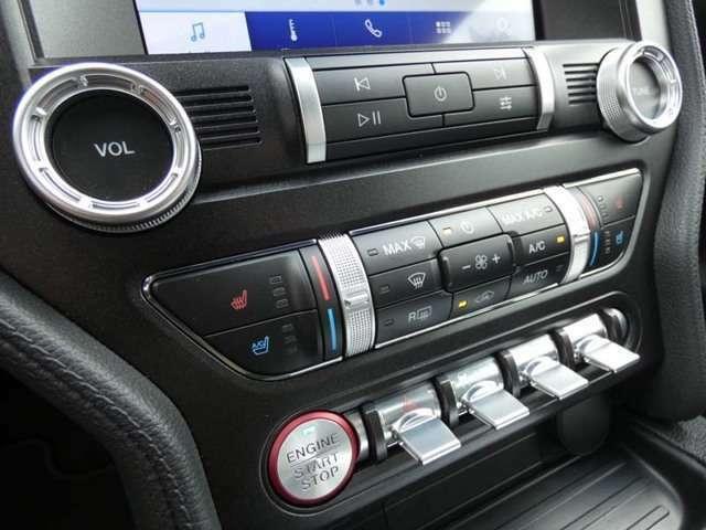 ハザードライトやトラクションコントロール、セレクタブルドライブモード、セレクタブル電動パワーアシストステアリング等のスイッチがならびます。TEL:042-799-3200