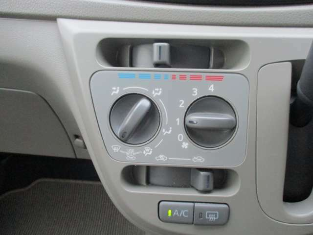室内を快適温度に保つマニュアルエアコン。操作のしやすいダイヤル式です。