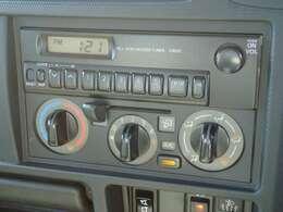 ビジネスカーでも快適装備は外せません。マニュアルエアコン★ダイヤル式で操作も簡単です!AM/FMラジオチューナーはデジタル時計表示付きです。