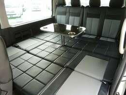 NACSオリジナル後ろ向きシートベットキット!通常オプションのキャンピングテーブル、重歩行床張りも展示車販売価格に含まれています!