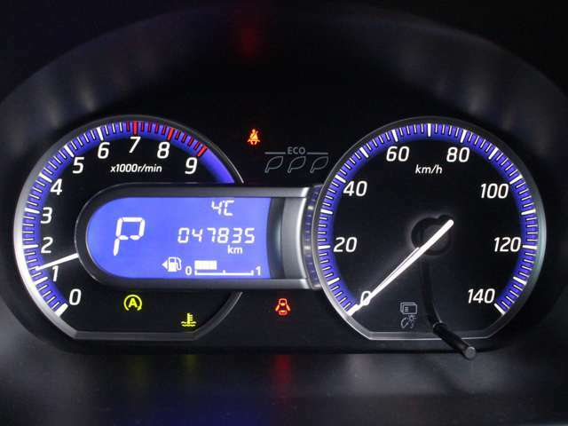 視認性の高い大型メーターで平均燃費や航続可能距離を表示します。
