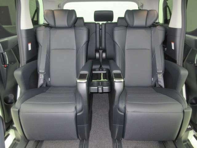 人気のブラックレザー7人乗り電動エグゼクティブキャプテンパワーシートです!!人気の電動オットマン(足置き)付きです!