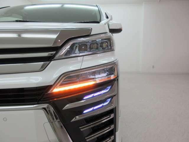 三眼LEDヘッドライト&シーケンシャルウィンカー(流れるウィンカー)&AHS(アダプティブ・ハイビーム・システム)付き!!シグネチャーイルミブレードは別途になります。