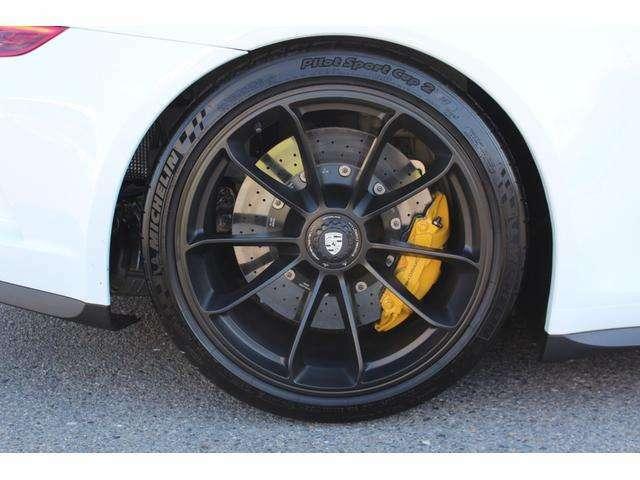タイヤはミシュラン「パイロットスポーツ カップ2」で、サイズは前:245/35ZR20 91Y、後ろ:305/30ZR20 103Y!