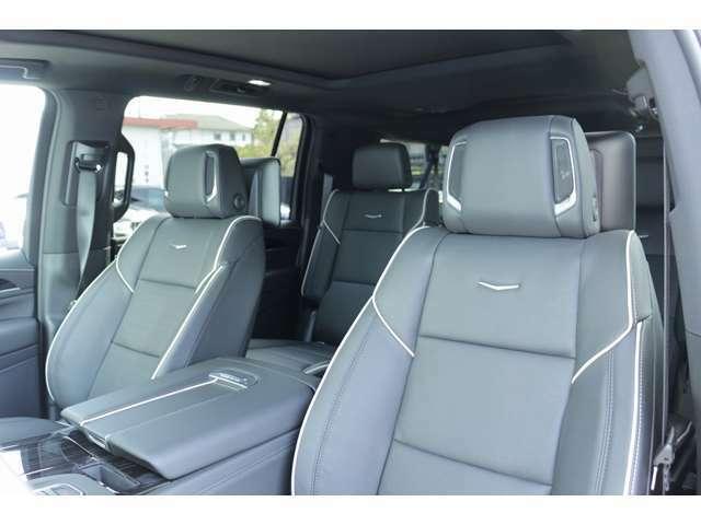 シートは、ブラックレザーシートとなっており、運転席と助手席のヘッドへストには、スピーカーも装備されております! シートヒーター、クーラー機能やメモリーシート機能も完備されています!