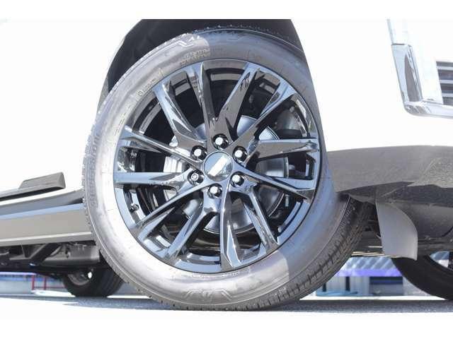 12スポーク純正22インチホイールはブラックで仕上げられおります! タイヤは、ブリヂストンを装備! タイヤサイズは、前後共に、275/50R22となっております!