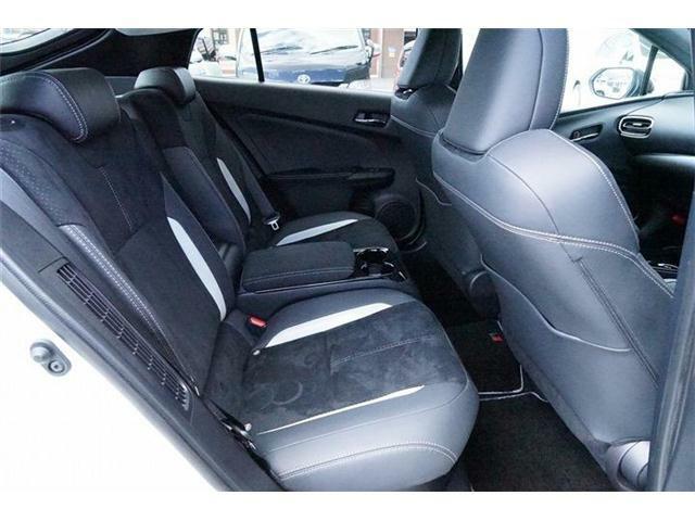 リヤシートは2人掛けシートで、中央には大型コンソールを設けていて、ゆったりとくつろげる室内空間を作り出しています☆