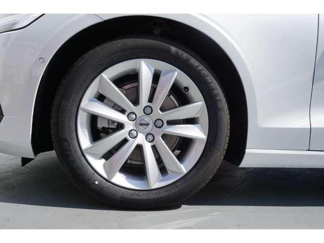 17インチのホイールが車の印象を引き締めます!タイヤもボルボ車専用タイヤなので心地よい乗り心地を体感できます。
