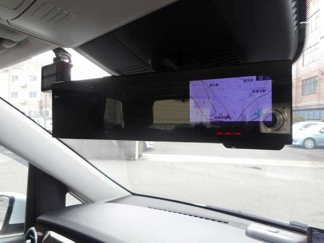 ミラータイプのレーダー探知機、フロント・リアドライブレコーダーを装備したお車です。