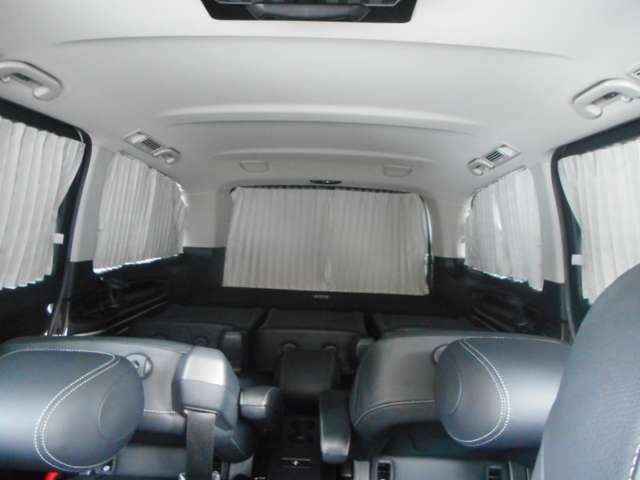 ディーラー純正オプションのフロント・リアカーテン装備、夏の暑い日差しも和らぎます。