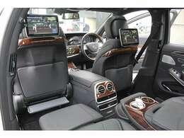 ■ショーファーパッケージなのでリアツインモニターを装備!助手席側後席にはオットマンも装備しており、快適にお乗り頂けます!■