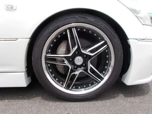 社外19インチアルミ装着!タイヤもまだまだ使用可能です!国産ビックセダン専門店BU-BUコレクションへぜひご来店下さい。