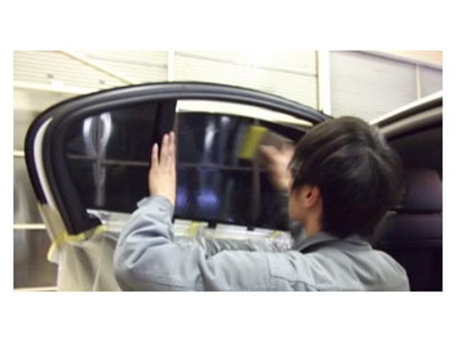 Aプラン画像:プライバシーも守り、有害な紫外線からも守ってくれるウィンドウフィルムを施工するプランです。イザと言う時もカラスの飛散を妨げます。