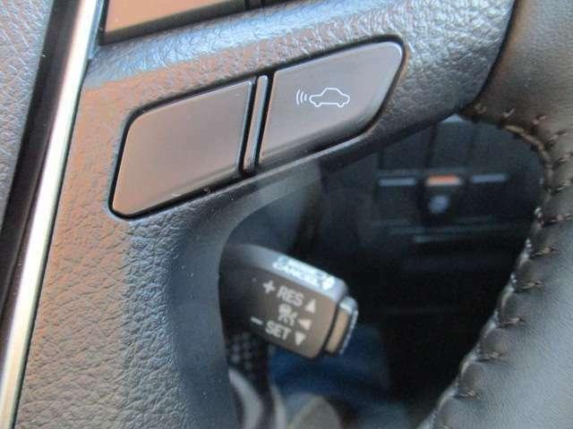 (レーダークルーズコントロール)先行車を検知して、適切な車間距離を保てる速度に自動で調整し、先行車がいなくなった際は、設定速度で走行を続けます。