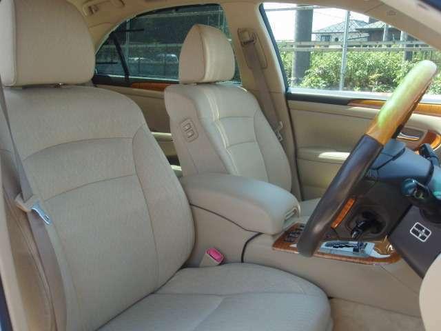 ベージュを基調とした明るい車内はとっても開放的で清潔感漂う雰囲気です♪シートの状態も良く、包み込む様なシートデザインですので疲れにくくリラックスして座って頂けます!きっと気に入って頂けると思います♪