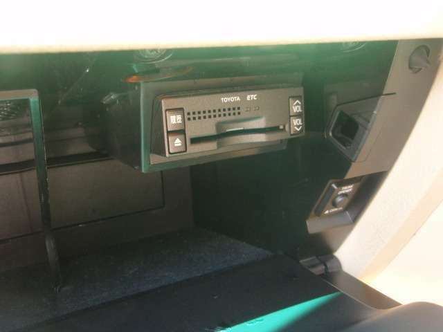 今や快適ドライブの必需品になっておりますビルトインETC!収納されてるので邪魔な配線等無く、料金所で止まることなく通過できますので燃費もさらに良くなります♪
