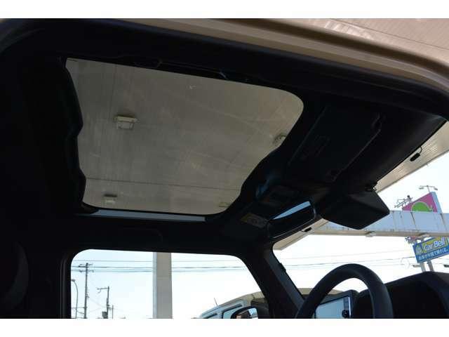 前席の頭上に大きく広がるガラスルーフ「スカイフィールトップ」で開放感があります♪紫外線や赤外線を減らすスーパーUV&IRカット機能や、開閉できるシェードも付いていて、快適なドライブを楽しめます^^