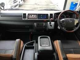 ウッドコンビハンドル/シフトノブ 後部座席だけでは無く前席もアームレスト付きで快適に運転いただけます!!