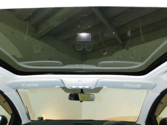 ガラスルーフになっていてます。内側のシェードを後方に動かすと室内が明るくなり、空を見ることができます。