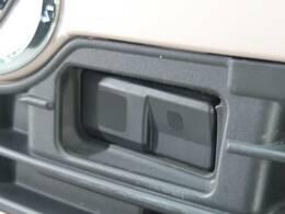 【スマートアシスト】の低速域衝突回避支援ブレーキ機能は低走行で走行中、先行車との衝突の危険性が高まったとシステムが判断した場合に作動し自動的に停止または減速して衝突回避や衝突被害の軽減を図ります