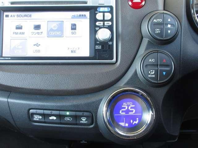 エアコンはオートエアコンでお好みの温度調整が出来、オールシーズン快適にドライブできます!リア席はプライバシーガラスで夏も涼しく過ごせます!