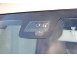 衝突被害軽減ブレーキが装備されておりますので、追突事故の回避や被害の低減をサポート。今では、お車をご検討される方が『購入する車には付いていて欲しい』とご要望される装備の一つとなっております。