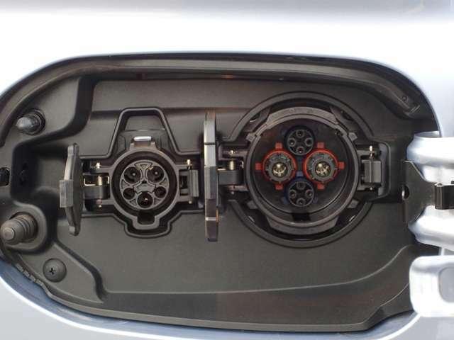 左:200V充電コネクター 右:急速充電コネクター 三菱充電カードをご栄養ください