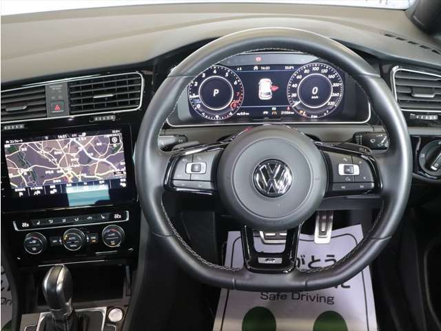 運転に集中できるようにスイッチ類も配慮したドバイバー席になります。
