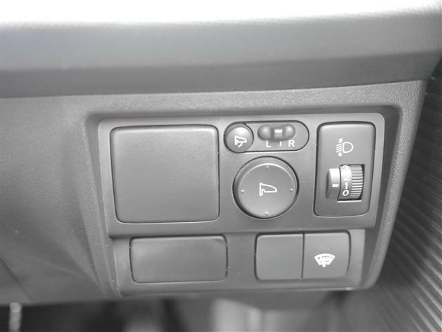 電動格納ミラーも装備されています。ワイパーデアイサーもあります。寒冷地にはありがたい機能です♪