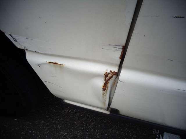 右リアドア下部辺りにヘコミ傷が有ります!可能限り現車確認をお願い致します。
