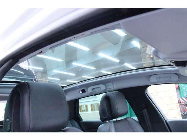 パノラミックガラスルーフ搭載。高級感のある車内に、開放感をプラスする事が可能になりました。