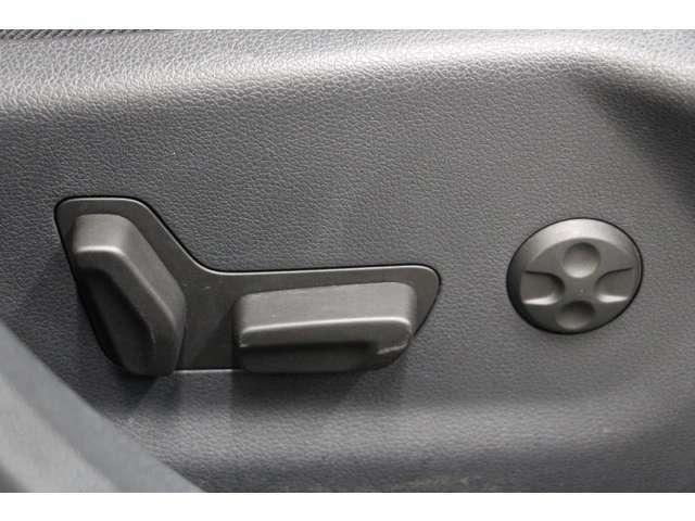 シートポジションを電動で調整可能。運転席右側にはランバーサポートスイッチが有り、ロングドライブでの負担を軽減します。