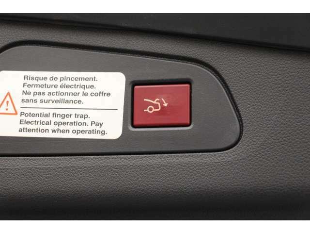 トランクは電動で楽に開け閉めをすることができます。