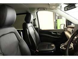 高いクオリティが維持された上質なブラックレザーシートを装備!快適なカーライフをサポートするメモリー機能付きパワーシート、シートヒーター、電動ランバーサポート機能を搭載しています!