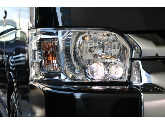 メーカーオプションのLEDヘッドランプが装着されており、フロントも先進的な印象を受けます!!