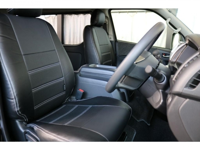 運転席、助手席ともにFLEXオリジナルシートカバーを装着し、落ち着いた印象となっております。