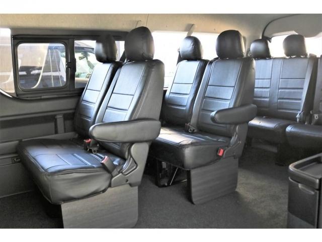 後席シートもFLEXオリジナルシートカバーを装着しており、統一感のある内装となっています。