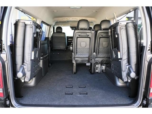 10人乗りでも、4列目シートを格納することで、広い荷室として使用することができます。
