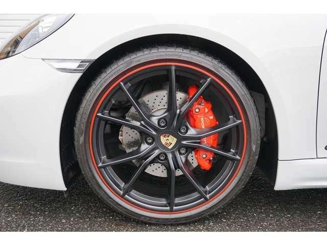 フロントタイヤ:235/35R20 リアタイヤ:265/35R20