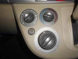 マニュアルエアコン付き。自分の感覚で温度調整ができます。