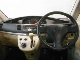 運転席周りです。ハンドルに近いところにシフトレバーが有るので操作がしやすく、足元が広々です。