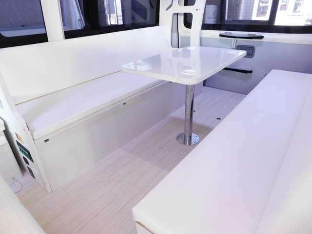 広々とした対面ダイネット リアゲートにセットできるテーブルもあり