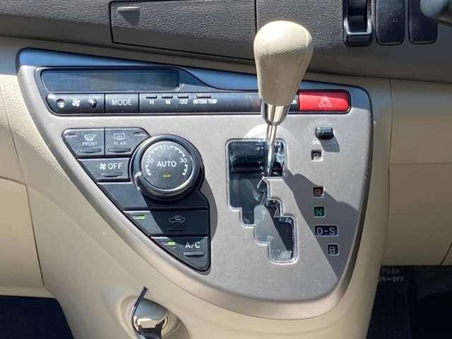 操作しやすいシフトレバーに、自動で風量調整してくれるオートエアコン付きです!