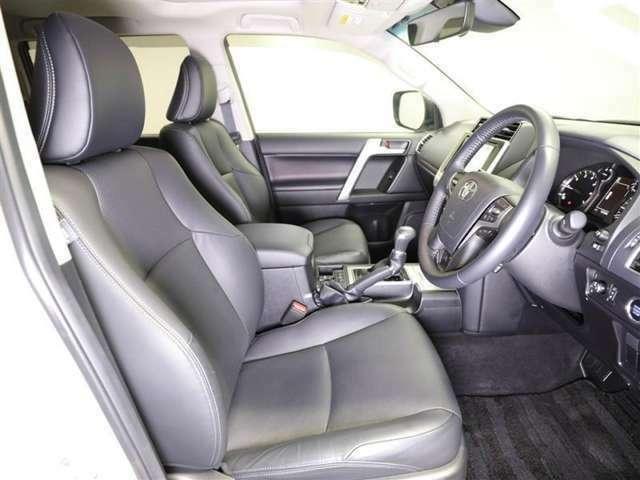 【運転席・助手席】 運転席はもちろん広々!シート状態も良く、運転される本人も助手席に乗られる方も快適にお過ごしいただけます♪