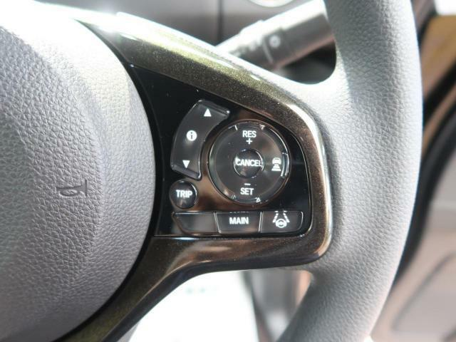 【レーダークルーズコントロール】が装備されております。高速道路等でアクセルを踏まずに車速や車間を一定に保って走ることが可能です。