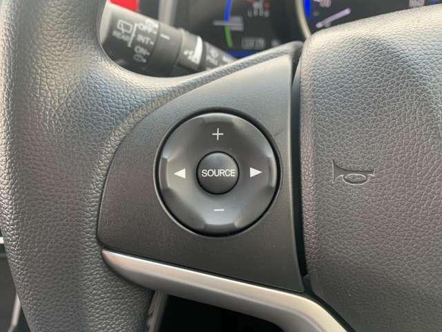 オーディオリモコン付きでハンドルを握ったままオーディオ操作が可能です。